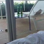 nos hemos tomado un par de cervezas presidente mirando e mar desde e balcon