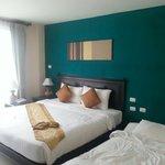 Chambre avec un lit double et un canapé convertible lit