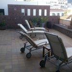 Terrasse im 2. Stock mit Liegestühlen