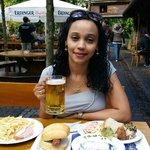 Refeição acompanhada da famosa cerveja alemã