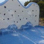 une partie de la piscine au camping la masia
