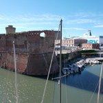 la fortezza assediata da barche e navi da crociera