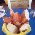 Excelente pan caliente, pide la mantequilla de la casa!