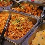 Nouilles sautées, riz cantonnais, champignons teriyaki