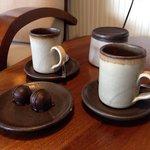 Un espresso con chocolate, en el living y con hermosa vista al mar!