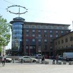 駅前広場から見えるホテル