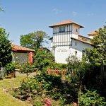 Hôtels Les Goelands villa verte depuis jardin rouge