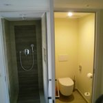 Dusche und WC mit einer gemeinsamen Tür