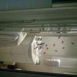 salle de bain neuve, propre et fonctionnelle