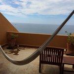 Intima Terraza con hamaca para descansar o sillones para un bronceado completo.