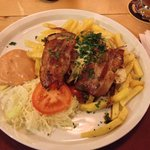 Here is a nice restaurant! Burgers and typical dishes. Good prices and very good beers. Not so