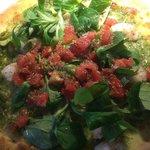 Die Pizza fälschlicherweise mit Feldsalat anstatt mit Blattspinat - und Scampis/Garnelen