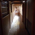 小さな廊下ですが、趣があります。 Enchanted but small corridor.