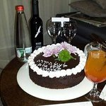 עוגת יום הולדת אישית .זה כל כך משפחתי וכייף הפתעה כזאת בחדר .התרגשתי מאוד