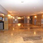 La grande hall dell'hotel