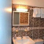 Salle de bain petite chambre 2 lits simples