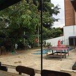 Área de convivência com piscina, mesa de pingue-pongue e redes