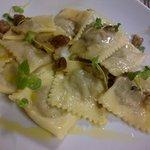 ravioli di patate e porri con burro e castagne saltate, guarnite con mentuccia e gerigli di rapa