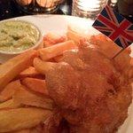 Fish & Chips avec frites coupées au couteau et sauce faite maison.
