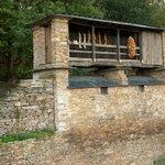 Junto a la casona hay esta típica construcción asturiana