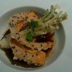 Travers de porc confit, sauce douce au soja, gingembre et ciboulette, tempura de potimarron et o