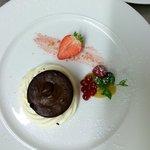 Tortino al cioccolato con crema di mascarpone, marmellate di fragole e arancia, frutti di bosco