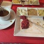 Une fondue bourguignonne sans sauce bourguignonne. Le gérant m'a proposé une sauce boeuf bourgui