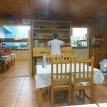 L'interno con la cucina a vista