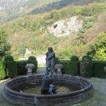 la vista dei monti dal giardino con la fontana storica