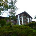 Hotelansicht Front leicht am Berg gelegen