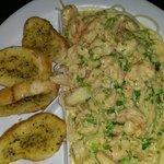 Spaghetti con camarones Una delicia el plato es bastante. Recomendado!