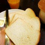 Opção de café da manhã: pão, presunto, suco e chocolate quente