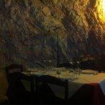 """Uno dei tavoli nella """"grotta"""""""