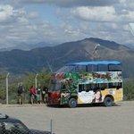 Carro que leva visitantes ao parque partindo da praça 25 de mayo
