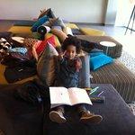 In de lounge van de Crowne Plaza