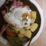 stinco arrosto con cipolle patate e uovo fritto