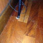 Foto sul pavimento come benvenuto.  Segno che non viene usata e pulita da settimane