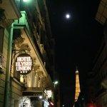 Torre Eiffel desde la entrada del hotel en Paris