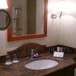 Salle de bain avec les appliques penchées vers l'avant