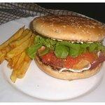 mon burger sur assiette à l'atelier fraîcheur Ambilly