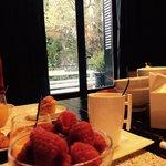 Frühstück mit Blick auf Garten