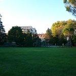 vue sur le chateau et le parc depuis le fond de celui-ci
