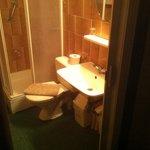 La salle de bain (petite mais très propre)