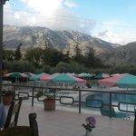 Blick vom Frühstückstisch zum Pool und Blick auf die Berge