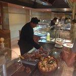 kokken preparer mat i spisesalen