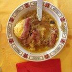 Polenta con salsiccia in umido e cipolle cotte
