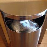 Mülleimer an den Aufzügen