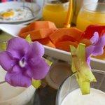 Yoghurt, gebakken eitje en vers fruit voor het ontbijt.