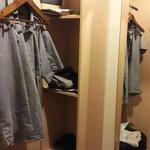 lemari tempat pakaian yang sederhana dan tepat fungsi