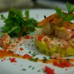 Rémoulade de pommes de terre safranées et pinces de homard